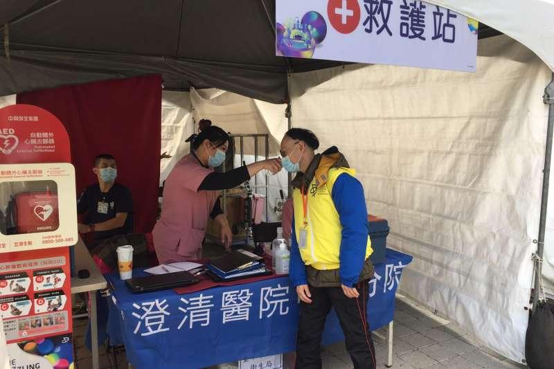 全力防疫武漢肺炎,臺中市府在台灣燈會展區,除了準備洗手乳、乾洗手液、額溫槍等,並有醫護人員進駐待命。(圖/臺中市政府)