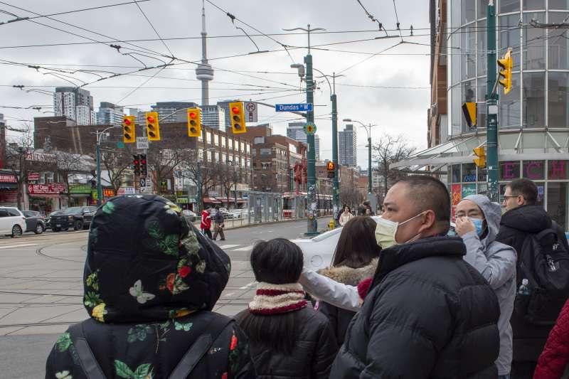 因為新冠肺炎,平日不習慣戴口罩的加拿大民眾也為了防疫紛紛戴上口罩。(資料照,AP)