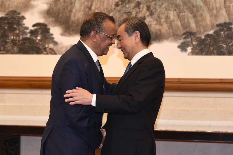 譚德塞(左)指控台灣用帶有種族歧視的文字對他進行人身攻擊,引爆台灣人民的不滿。圖為譚德塞日前在北京與中國外長王毅(右)會面。(美聯社)