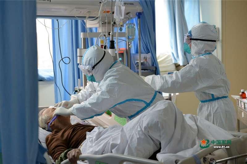 ;中國武漢肺炎(對新型冠狀病毒肺炎)疫情惡化,圖為漢口醫院重症監護室(中國軍網)