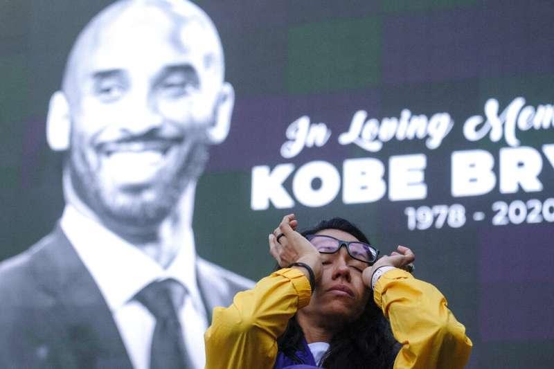 美國職籃(NBA)退役超級巨星「小飛俠」柯比.布萊恩驟逝,讓無數球迷難過神傷。(美聯社)