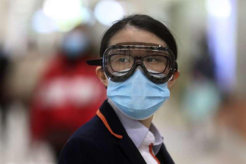 武漢肺炎疫情持續延燒,香港地鐵工作人員全副武裝執勤(AP)