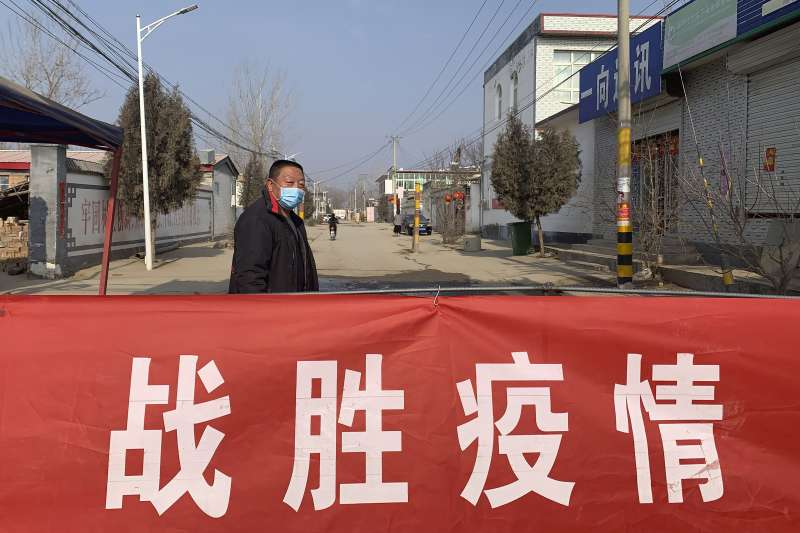 中國武漢肺炎疫情持續延燒,河北省一處村落入口掛著「戰勝疫情」布條(AP)