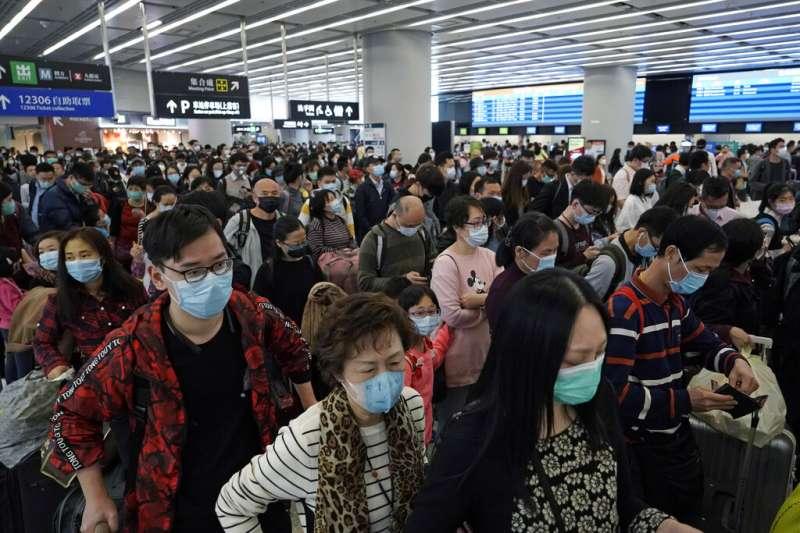 武漢肺炎疫情升高,香港人也幾乎人口一罩。(美聯社)