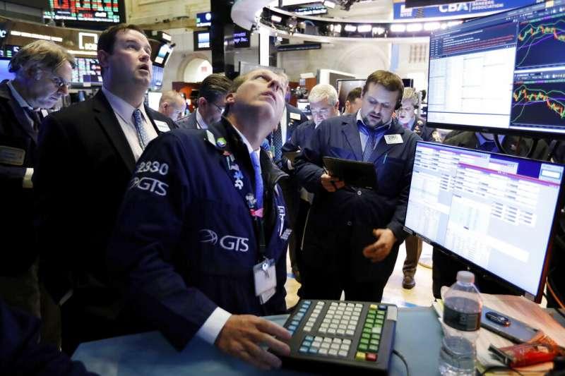 華爾街交易員正在緊盯盤勢、美股、美國股市。(美聯社)