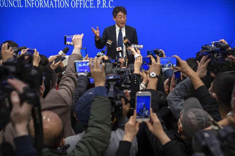 武漢肺炎疫情蔓延,中國國務院召開記者會說明最新狀況。(美聯社)