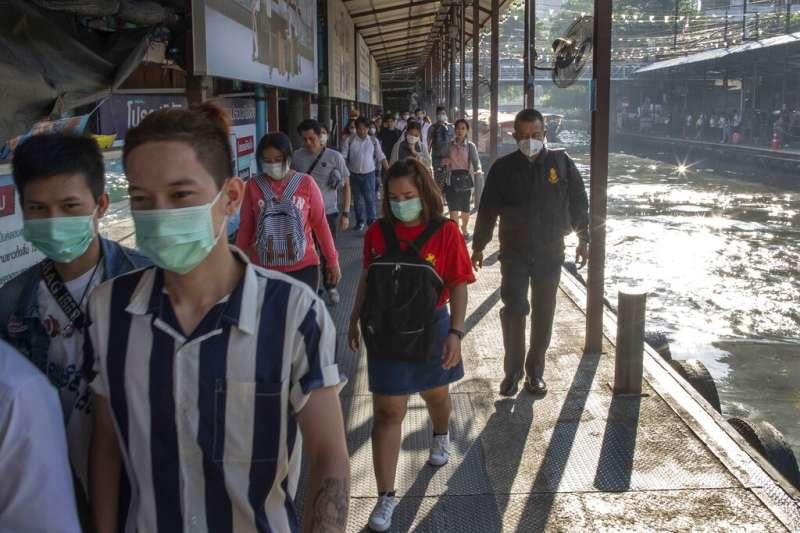 武漢肺炎疫情蔓延,曼谷民眾也紛紛戴起口罩。(美聯社)