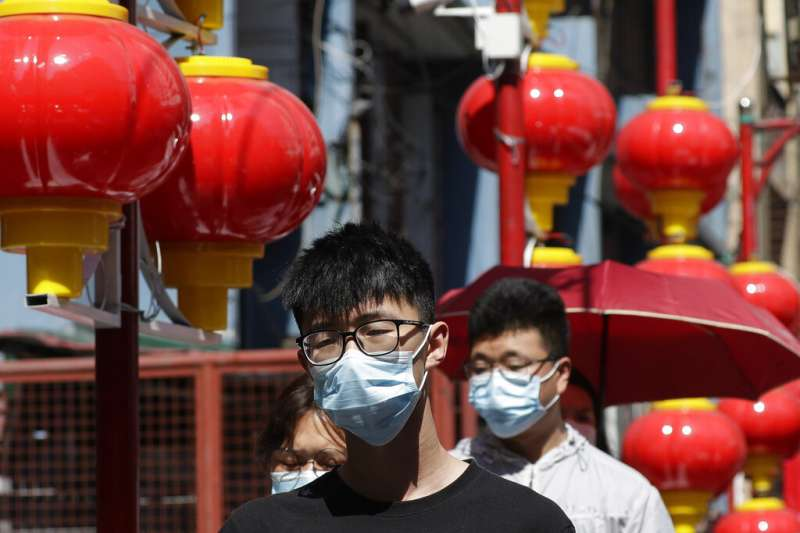 武漢肺炎疫情蔓延,馬尼拉民眾也紛紛戴起口罩。(美聯社)