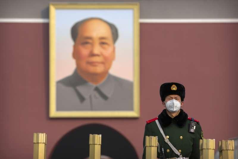 武漢肺炎疫情蔓延,北京天安門廣場的武警也戴上口罩(AP)