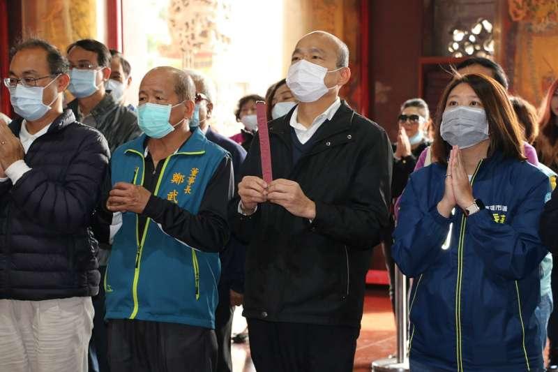 高雄市長韓國瑜(右二)提出要將武漢肺炎患者集中到大型收容場所,對此,麻醉科醫師邱豑慶再臉書表示,此舉恐會導致疫情隱匿。(資料照,高雄市政府提供)
