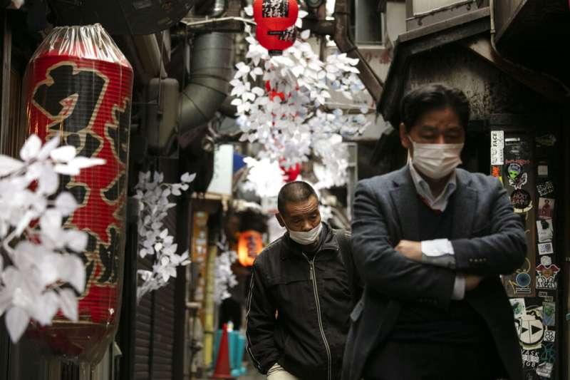 武漢肺炎疫情升高,東京新宿的日本民眾也紛紛帶起口罩。(美聯社)