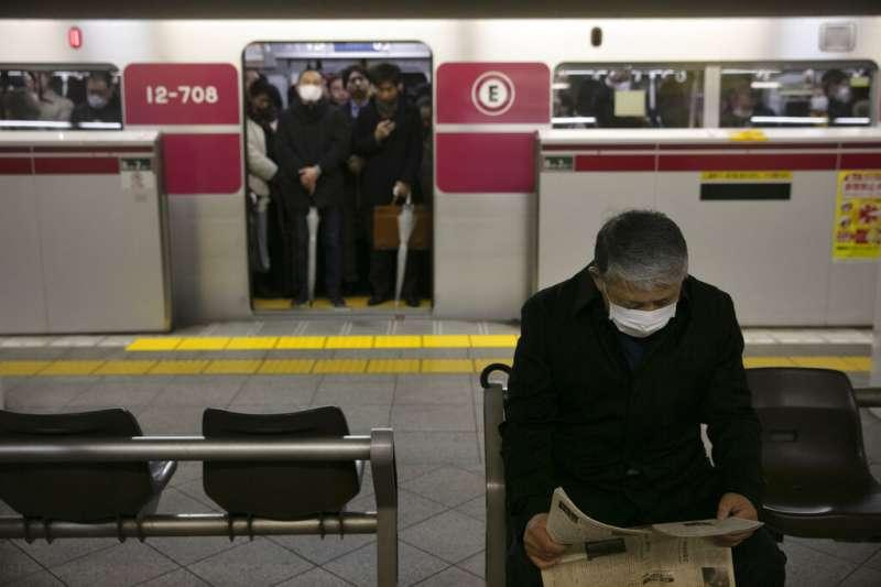 武漢肺炎疫情升高,日本民眾也紛紛帶起口罩。(美聯社)