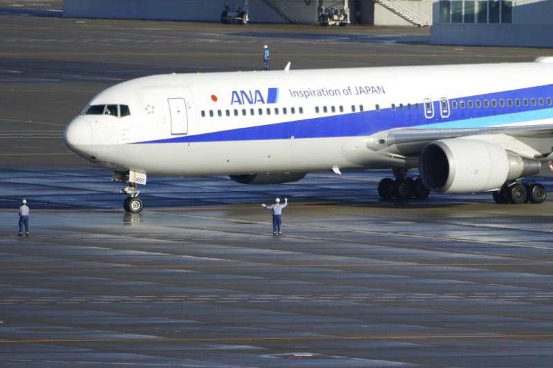 武漢肺炎疫情蔓延,日本撤僑專機29日上午返抵羽田機場,機上有206名日本人。(美聯社)