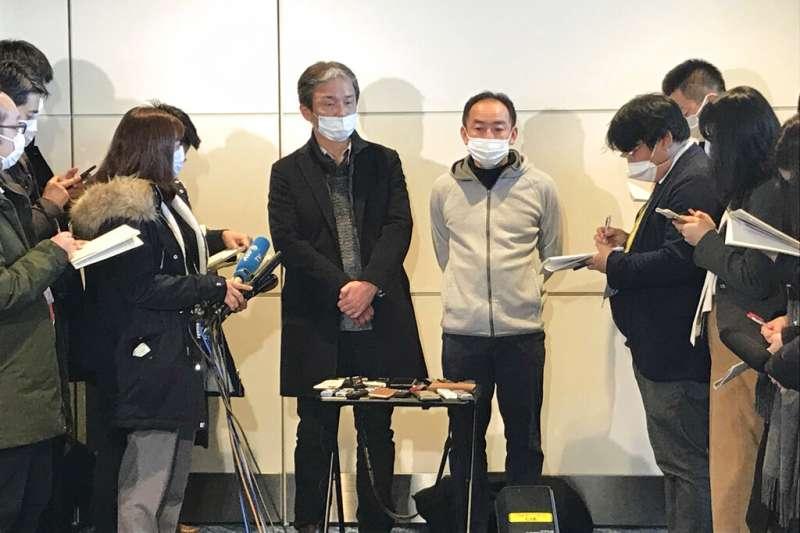 武漢肺炎疫情蔓延,日本撤僑專機29日上午返抵羽田機場,從武漢回國的青山健郎(左)、加藤孝之正在接受媒體訪問。(美聯社)
