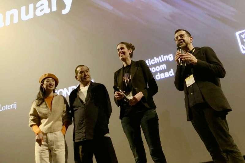 導演張作驥以《那個我最親愛的陌生人》於鹿特丹影展角逐大銀幕競賽單元,為該單元唯一入選的亞洲電影,29日晚間也於當地舉行首映。圖為張作驥(左二)出席荷蘭鹿特丹影展放映。(海鵬影業提供)