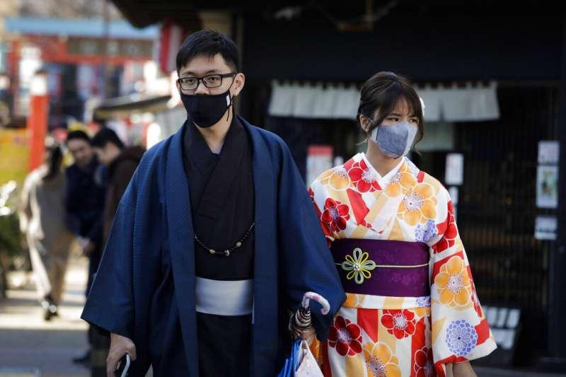 網站經營者吉田皓一受訪時表示,目前日本或東京,感覺大概有一半的人都沒戴口罩。(資料照,美聯社)