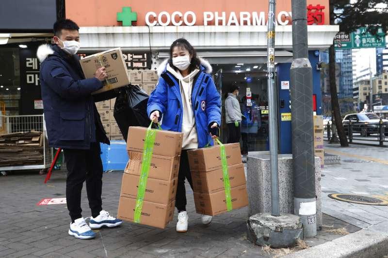 武漢肺炎疫情延燒,南韓首爾的民眾也在搶購口罩。(美聯社)