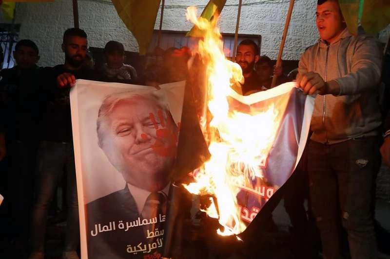 巴勒斯坦人不滿川普的計劃,發起示威,之後演變成與以色列保安部隊的衝突。(BBC中文網)