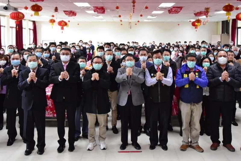 新竹縣政府30日新春團拜,全體同仁佩戴口罩、拱手不握手。(圖/新竹縣政府提供)