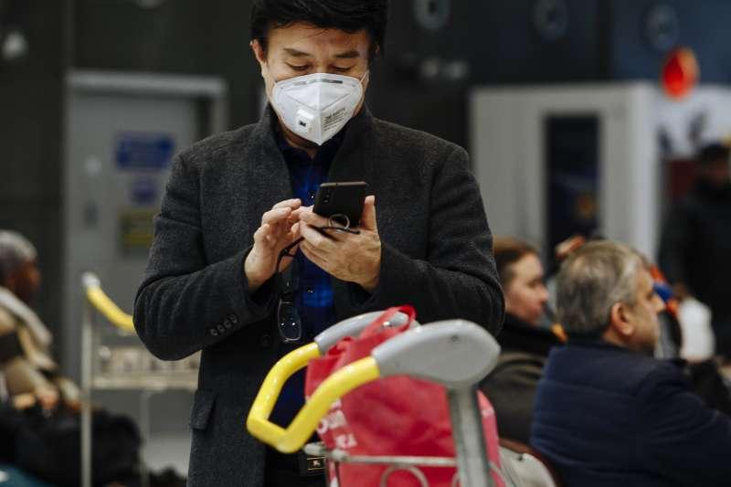 20200130-東京池袋大谷醫院院長大谷義夫表示,病毒容易停留在手機表面,建議民眾在回家洗手前,先替手機消毒清潔。示意圖。(美聯社)