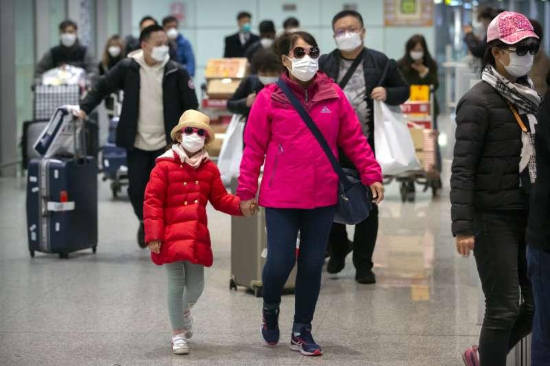 武漢肺炎疫情延燒,北京機場旅客配戴口罩(AP)