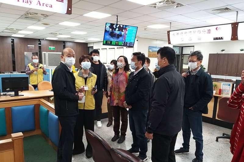 高雄市長韓國瑜30日上午視察左營區行政大樓內各局處派駐機關第一線工作同仁防疫現場。(高雄市政府提供)