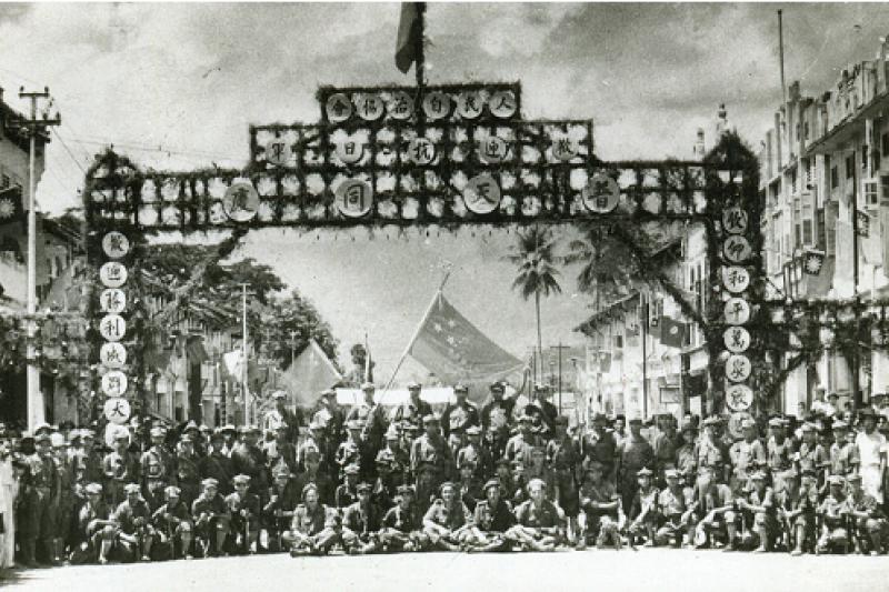 抗戰勝利後,馬來亞人民抗日軍懸掛起青天白日滿地紅國旗,代表「馬共」在1945年認同的祖國是中華民國。(照片來源:梁元明)
