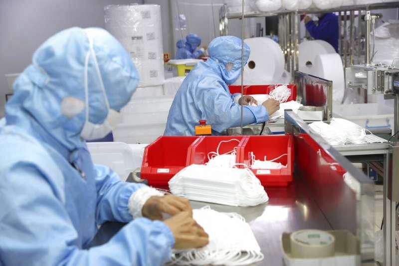 國內前3大口罩廠的「華新醫材」18日傳出員工「斷指意外」,58歲的顏女在機器下壓時夾到中指。示意圖。(資料照,美聯社)