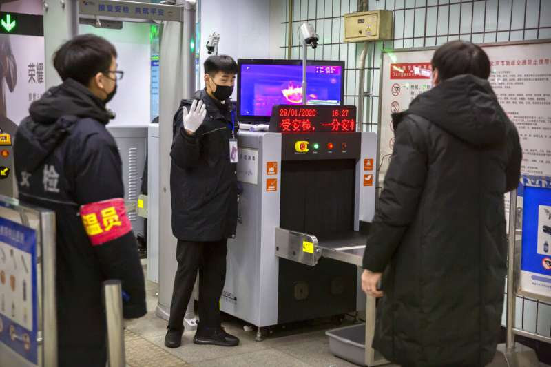 武漢肺炎疫情持續延燒,北京地鐵對往來旅客加強體溫檢測。(美聯社)