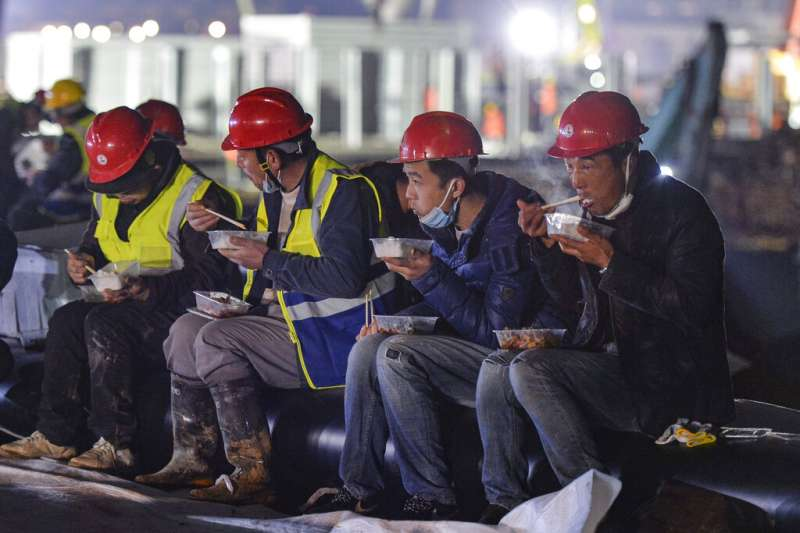 工地、勞工。中國仿照當年SARS的應對方式,在武漢興建一個專治武漢肺炎的新醫院:火神山醫院。(美聯社)