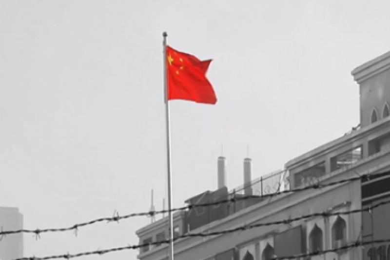日前公視首播紀錄片《新疆再教育營》,請到中研院近史所副研究員吳啟訥,播出後其言論受網友撻伐。(截自公視紀錄觀點)