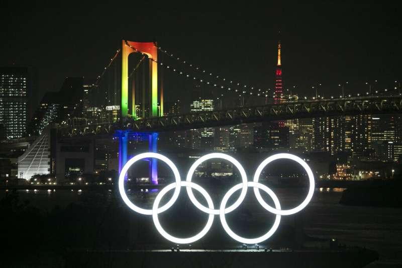 東京奧運還有6個月開幕,東京御台場的奧運標誌與彩虹橋相映成趣。(美聯社)