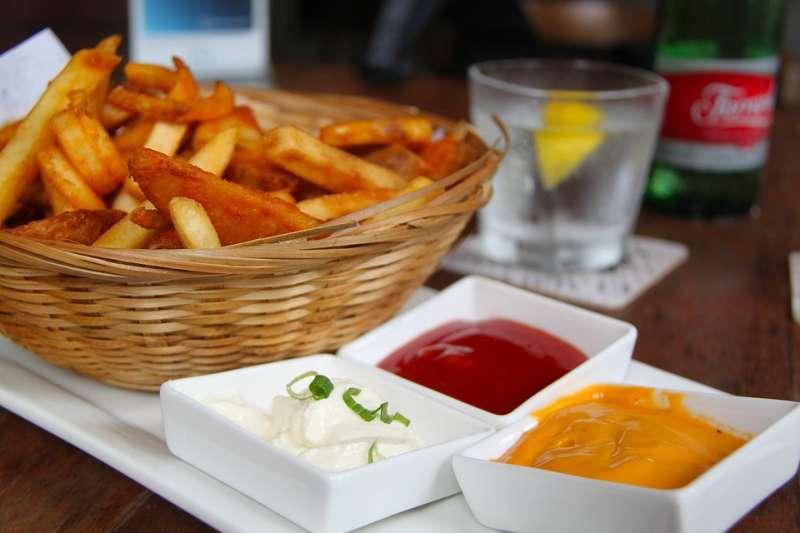 吃洋芋片沾莎莎醬、吃薯條沾番茄醬一起吃,有助燃燒脂肪。(示意圖/ sharonang@pixabay)