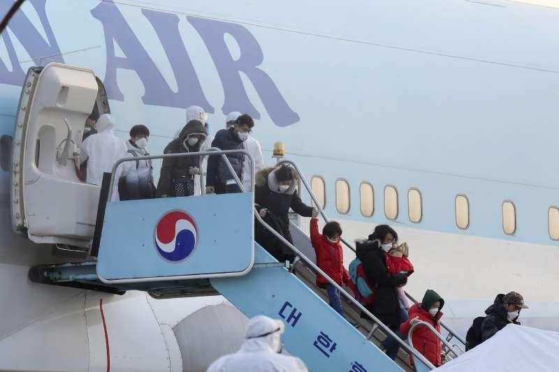 武漢肺炎風暴。2020年1月31日,南韓政府首架撤僑包機上午飛抵首爾金浦機場,僑民魚貫下機(AP)