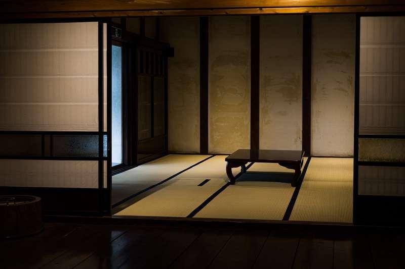 透過巧妙融於町家建築中的重重關卡與結界,京都人得以區分公與私,劃分日常與非日常,從中孕育出體貼他人的心思與禮儀。(圖/photo-ac)