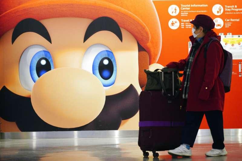 武漢肺炎疫情擴散,日本民眾也紛紛戴起口罩。任天堂的瑪莉歐是日本代表性的電玩人物。(美聯社)