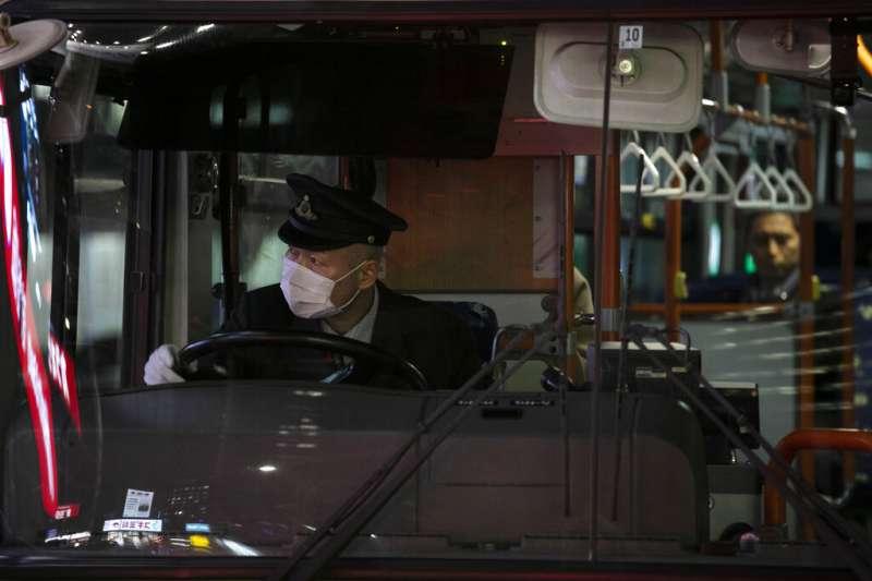 武漢肺炎疫情擴散,日本東京的巴士駕駛也戴起口罩。(美聯社)