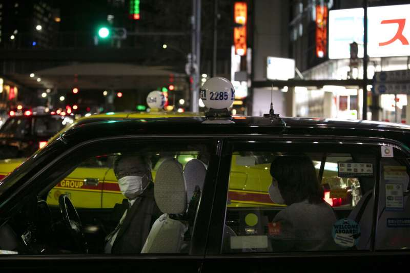 武漢肺炎疫情擴散,日本東京的計程車駕駛也戴起口罩。(美聯社)