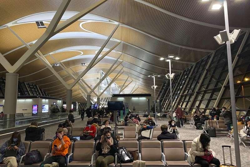 武漢肺炎疫情升高,上海浦東機場的旅客也紛紛戴起口罩。(美聯社)