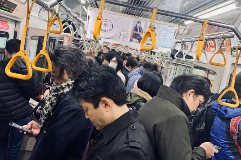 武漢肺炎在日本出現案例後,28日傍晚的日本電車上,還是有許多人沒戴口罩。(圖/想想論壇提供)