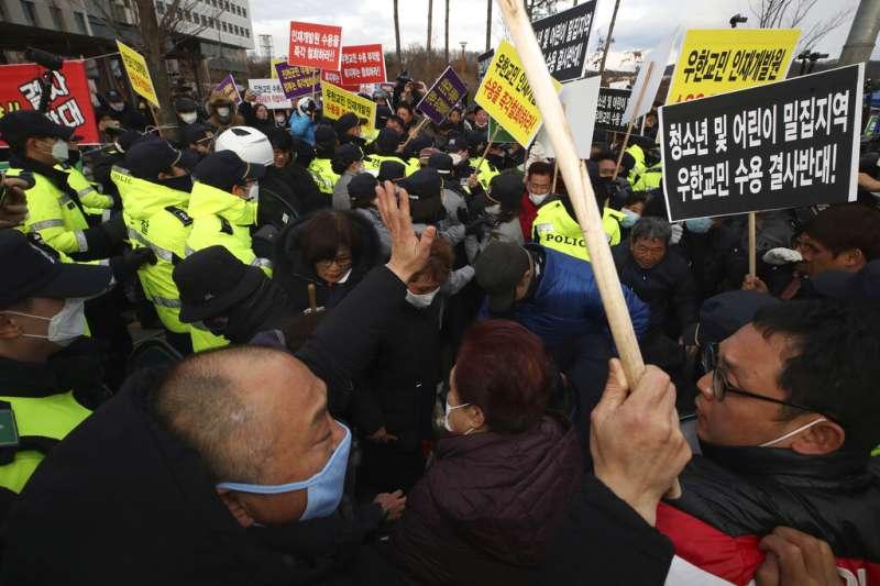 南韓政府計畫讓從武漢歸國的僑民入住忠清北道鎮川郡的國家公務員人才開發院,不過當地居民對此強烈抗議。(美聯社)