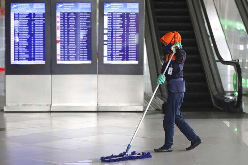 武漢肺炎疫情延燒,印尼機場的工作人員也紛紛戴起口罩。(美聯社)