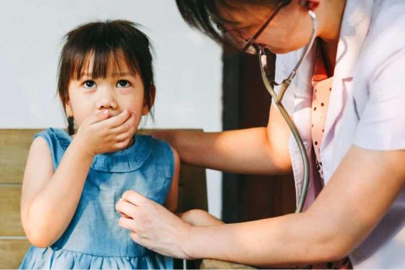 根據世界衛生組織(WHO)的報告指出,全球每20秒,就有1位小孩因為肺炎(Pneumonia)而喪命。(圖/Hello醫師提供)