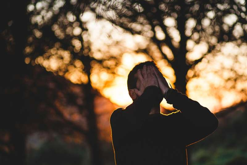 20200131-男子,哭泣,崩貴,感性,失控,低落。(資料照,取自pixabay)