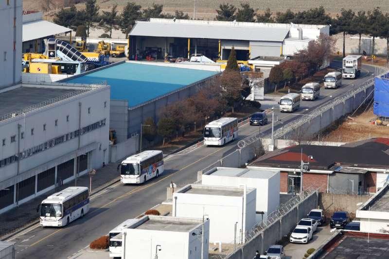 武漢肺炎疫情延燒,南韓派出專機撤僑後,歸國僑民一落地就被專車接走隔離。(美聯社)