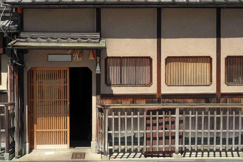京町家的玄關,是由建物所控制、依不同的人際關係劃分使用的裝置。(圖/photo-ac)