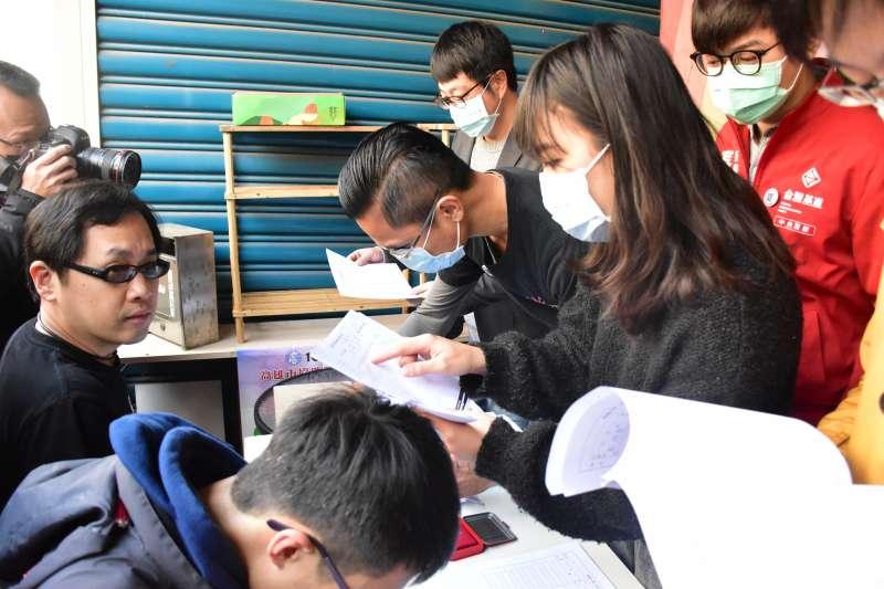 罷韓連署第2階段啟動至今,不到1周時間已累計超過11萬份連署書。(資料照,Wecare高雄提供)