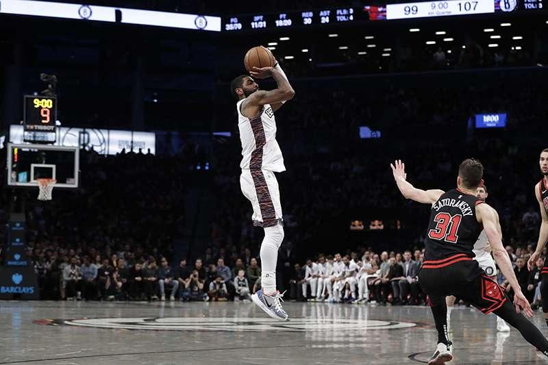 布魯克林籃網後衛厄文,今天在對上公牛的比賽中以近九成的命中率砍下 54 分,表達對湖人傳奇球星布萊恩的致敬之意。(美聯社)