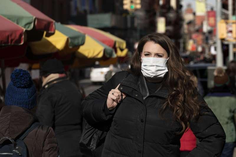 1月30日,美國紐約一名婦女擔心感染武漢肺炎,戴著口罩(美聯社)