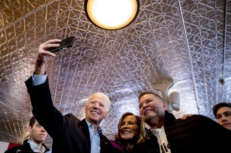 年齡僅次於桑德斯的拜登,在黨內初選登場前積極搶攻年輕選票。(AP)